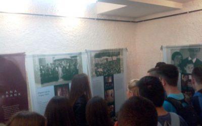 """Ученици од  Гимназијата """"Добри Даскалов"""" водичи на патувачката изложба """"Ана Франк – Историја за денес"""""""