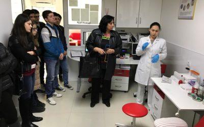 """Учениците од гимназијата """"Добри Даскалов"""" ја посетија биохемиската лабораторија """"Еми Медикус"""" во Кавадарци"""